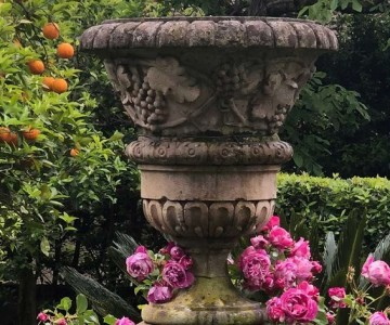 The romantic garden of Palazzo Cocozza in Montanara